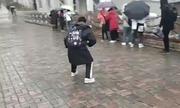 """Lối đi biến thành """"sân trượt băng"""" ở Trung Quốc"""