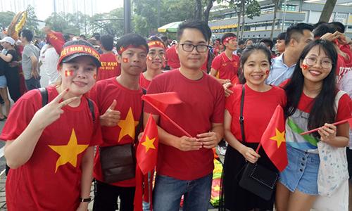 Người Việt ở Malaysia xếp hàng cả ngày nhưng vẫn phải mua vé chợ đen