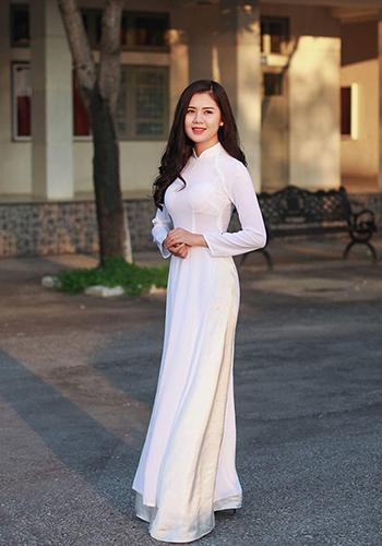 Cựu hoa khôi Đại học Vinh Thùy Phương từng khiến trung vệ Ngọc Hải say nắng. Ảnh: FBNV