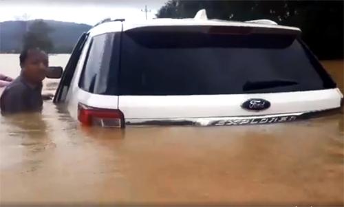 Tuyến đường liên xãở huyện Hoài Ân, Bình Định ngập sâu. Ảnh: Dương Thanh.