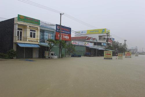 Các ngôi nhà nằm dọc theo quốc lộ 1A đoạn qua huyện Thăng Bình bị ngập khoảng 0,5 m. Ảnh: Đắc Thành