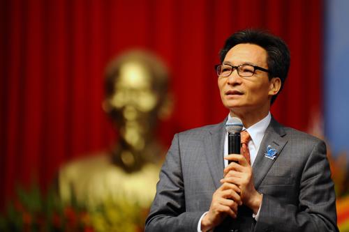 Phó thủ tướng Vũ Đức Đam đối thoại với sinh viên chiều 11/12. Ảnh: Dương Triều