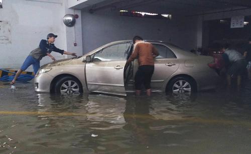 Người dân đưa xe ra khỏi hầm chung cư trên đường Hàm Nghi, Đà Nẵng. Ảnh: Nguyễn Đông
