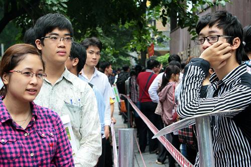 Thí sinh xếp hàng thi vào ngành thuế Hà Nội năm 2014. Ảnh:Bá Đô.