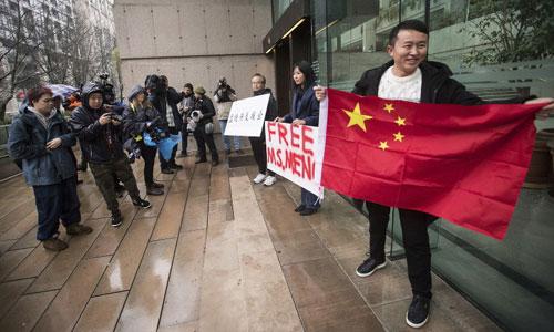 Hoa kiều tập trung đòi thả tự do cho bà Mạnh bên ngoài tòa án ở Vancouver hôm 7/12. Ảnh: Canadian Press.