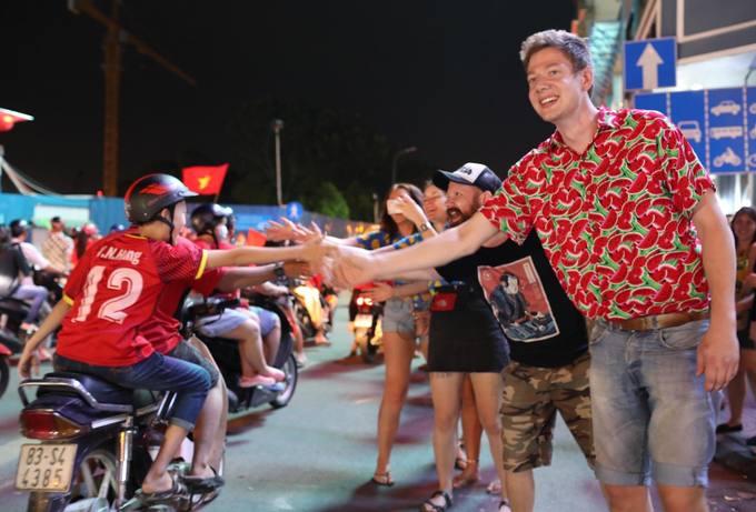 Người Sài Gòn mừng trận hòa của tuyển Việt Nam đến nửa đêm