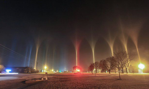 Hàng loạt cột sáng với những màu sắc khác nhau chiếu lên trời ở thành phố Beloit. Ảnh: Tom Purdy.