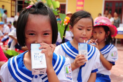 Trẻ em tại bản Thung Khạng, bản xa xôi nhất của huyện Quỳ Châu (Nghệ An) uống sữa TH School Milk theo Chương trình Sữa học đường. TH School Milk là sản phẩm đầu tiên được Bộ Y tế xác nhận hiệu quả trong nghiên cứu cải thiện tình trạng dinh dưỡng và vi chất dinh dưỡng của trẻ em.