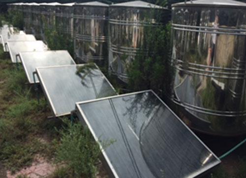 Tấm năng lượng mặt trời được thiết kế gắn với hệ thống chượp mắm để tạo nhiệt. Ảnh: Đoàn Nguyễn.