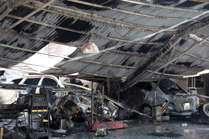 Gara ôtô cạnh sân Mỹ Đình bị thiêu rụi trong 30 phút