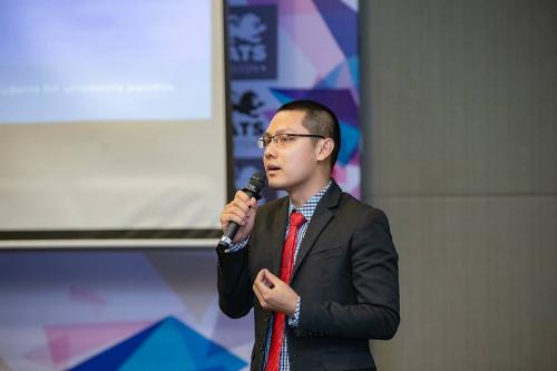 Ông Cao Quốc Việt công bố các suất học bổng hấp dẫn của trường CATS Academy Boston tại một buổi hội thảo.