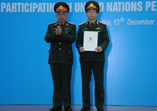 Thượng tướng Nguyễn Chí Vịnh trao Quyết định thành lập bệnh viện dã chiến số 2 cho Học viện Quân y. Ảnh: Viết Tuân.
