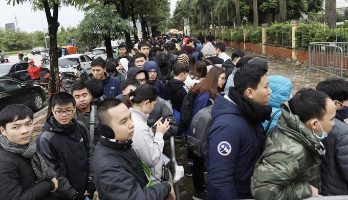 Người hâm mộ xếp hàng trong gió rét chờ nhận vé chung kết