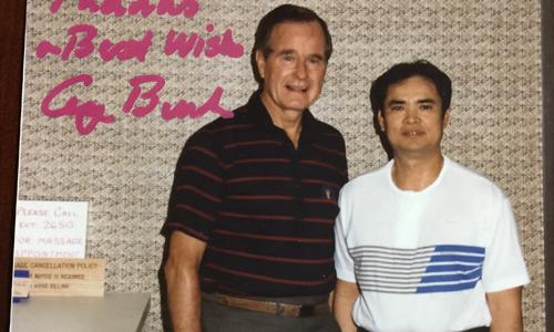 Tấm thiệp của cựu tổng thống Bush cha gửi ông Huynh là hình hai người chụp chung. Ảnh: Kim Nên.