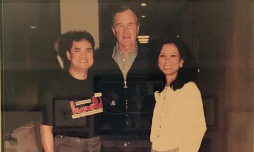 Vợ chồng ông Huynh, và Nên và cựu tổng thống Bush năm 1992. Ảnh: Kim Nên.