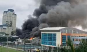 Cháy lớn tại gara ôtô ở Hà Nội