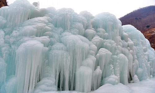 Thác băng hình thành trên núi cao ở Trung Quốc