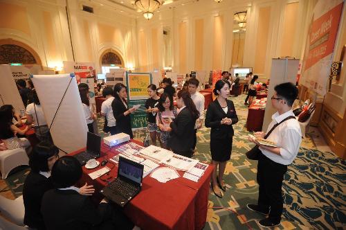 Tham gia các triển lãm nghề nghiệp là một hoạt động thực tế giúp sinh viên làm quen với thế giới việc làm.