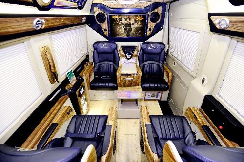 Khoang sau gồm 7 ghế tùy chỉnh chỉnh điện trượt ngã, thiết kế từ những lớp đệm mềm mại giúp người ngồi đượcthoải mái, thư giãnkhi di chuyển. Ghế ngồi được thiết kế riêng dành cho người làm việc cường độ cao, có thể chỉnh điện nhiều tư thế giúp bảo vệ cơ thể hành khách.