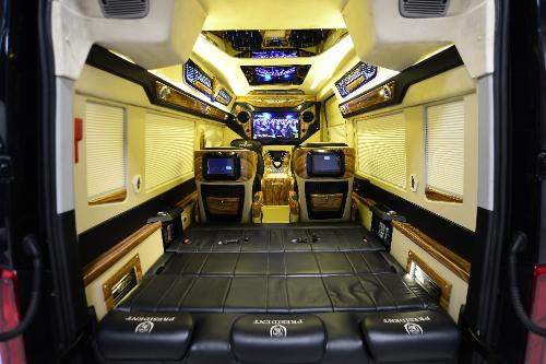 Nhiều người chia sẻ, cuộc sống hiện đại, hối hả việc biến mọi thứ trở nên nhanh chóng, họ ưu tiên sự tiện lợi trong mọi việc.Công nghệ số được đánh giálà thế mạnh của Hyundai President, xe tích hợp Ipad Air, Apple TV 32 inches, giúp người trong xe cập nhật mọithông tin, giải trí.