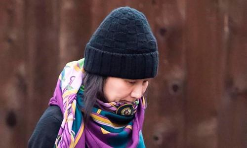 Giám đốc tài chính Huawei Mạnh Vãn Chu rời khỏi nhà riêng ở Vancouver, Canada hôm 12/12. Ảnh: Canadian Press.
