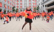 """Tiết mục flashmob """"Tiến lên Việt Nam ơi"""" của 500 thầy trò Hà Nội"""