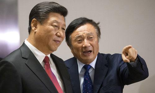 Nhậm Chính Phi (phải) hướng dẫn Chủ tịch Trung Quốc Tập Cận Bình tham quan văn phòng Huawei ở London năm 2015. Ảnh: PA.