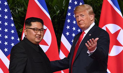 Tổng thống Mỹ Donald Trump (phải) và lãnh đạo Triều Tiên Kim Jong-un trong cuộc gặp thượng đỉnh ở Singapore hôm 12/6. Ảnh: AFP.