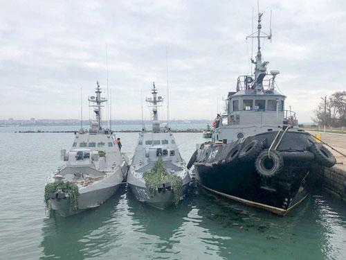 Ba tàu chiến Ukraine bị bắt và áp giải tới cảng Kerch trên bán đảo Crimea. Ảnh: TASS.