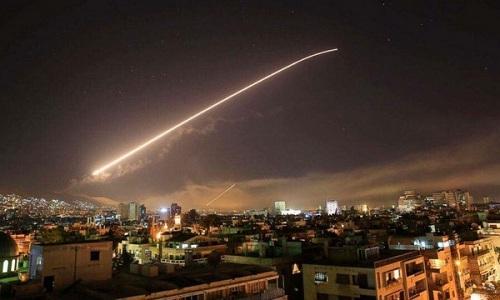 Hệ thống phòng không Syria khai hỏa đánh chặn tên lửa Mỹ ngày 14/4.. Ảnh: AP.