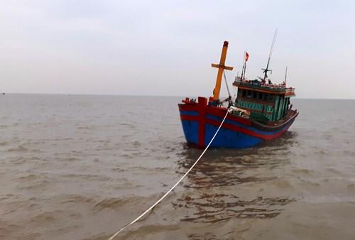 Tàu cá gặp nạn được lai dắt vào bờ an toàn. Ảnh: Hải Long