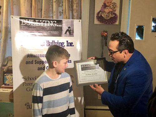 Cerullo trao giấy chứng nhận cho Joshua tại nhà riêng hôm 16/12. Ảnh: Delaware News Journal.