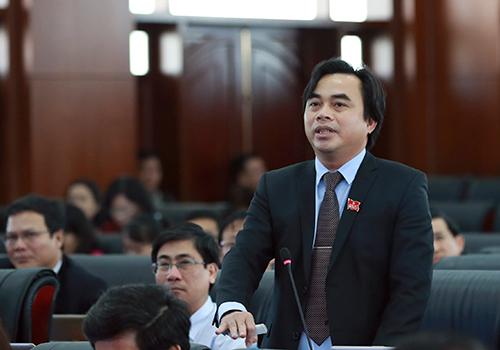 Đại biểu Tô Văn Hùng tại phiên thảo luận sáng 18/12. Ảnh: Nguyễn Đông.