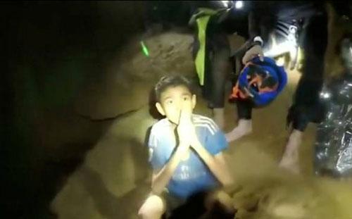 Một thành viên trong đội bóng Lợn Hoang trong hang Tham Luang trước khi được giải cứu. Ảnh: SEAL.