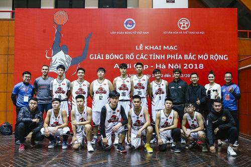 Đội bóng rổ Trẻ Thang Long Warriors chụp hình lưu niệm cùng Chủ sở hữu và Ban Huấn luyện.