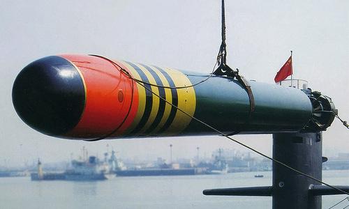 Một quả ngư lôi huấn luyện Yu-6 được đưa vào tàu ngầm Trung Quốc. Ảnh: Sina.