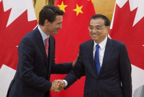 Thủ tướng Canada Justin Trudeau (trái) bắt tay người đồng cấp Trung Quốc Lý Khắc Cường khi tới thăm Bắc Kinh năm 2016. Ảnh: AP.