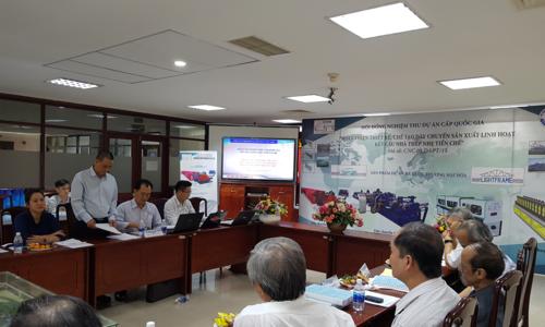 Kỹ sư Kiều Huỳnh Sơn, chủ nhiệm đề án, đang báo cáo trước hội đồng.