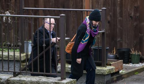 Bà Mạnh rời nhà riêng ở Vancouver dưới sự giám sát của một nhân viên an ninh hôm 12/12. Ảnh: Bloomberg.