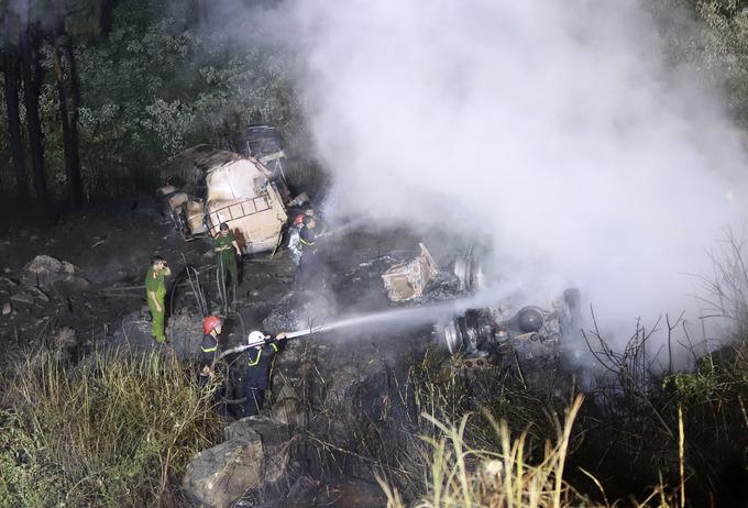 Hiện trường xe bồn bốc cháy khi lao xuống vực Hải Vân