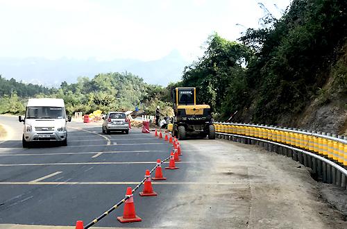 Đoạn đường đèo tại Dốc Cun (Hòa Bình) được lắp đặt rào chắn. Ảnh: Anh Duy.