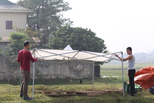 Căn lều nhỏ được dựng ngay tại bãi đất trống gần trạm thu phí. Ảnh: Gia Chính