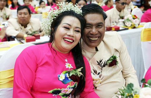Anh Dương Thanh Hà và chị Bùi Thị Hường hạnh phúc trong lễ cưới tập thể. Ảnh: Quỳnh Trần.