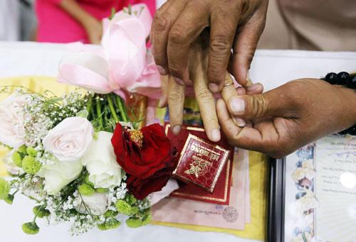 Nhiều cặp vợ chồng xúc động khi lần đầu trao nhẫn cưới. Ảnh: Quỳnh Trần.