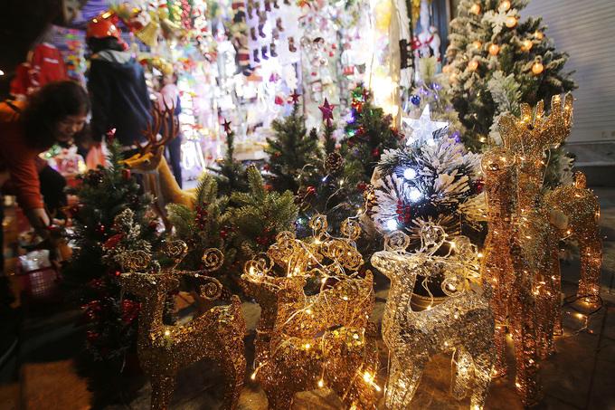 Phố Hà Nội lung linh đèn màu dịp Giáng sinh