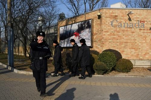 Cảnh sát Trung Quốc tuần tra trước đại sứ quán Canada ở Bắc Kinh hôm 14/12. Ảnh: AFP.