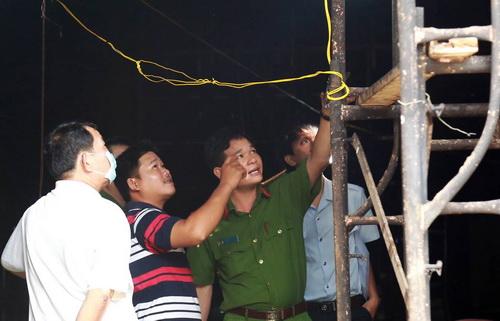 Anh Toàn chỉ mối hàn cuối cùng trần nhà cho cảnh sát tại hiện trường. Ảnh: Phước Tuấn