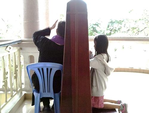Người Công giáo xưng tội để lãnh nhận ơn lành trước đại lễ Giáng sinh. Ảnh: Nguyễn Đông.