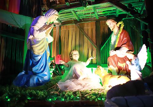 Tái hiện hoạt cảnh Chúa Giê su hài đồng hạ sinh đơn sơ trong máng cỏ là điểm nhất trong các trang trí Giáng sinh của người Công giáo. Ảnh: Nguyễn Đông.
