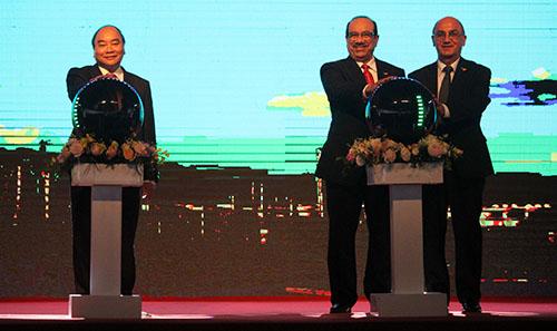 Thủ tướng Nguyễn Xuân Phúc và các đại biểu ấn nút phát lệnh tại lễ vận hành thương mại Lọc hoá dầu Nghi Sơn chiều 23/12. Ảnh: Lê Hoàng.